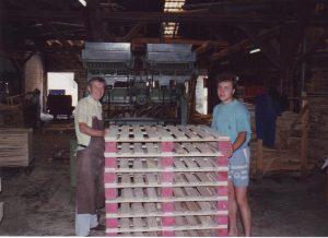 Rade und Petar beim Palettennageln in den 90-er Jahren
